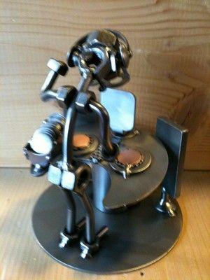 disc-jocquey ou d-j personnage de hinz et kunst en métal et en boulons